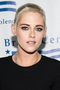 Kristen Stewart Stands Up Against Gun Violence At Bear Awards Gala!: Photo Kristen Stewart has gotten together with Chelsea Handler and January Jones to stand up against gun violence! Best Pixie Cuts, Short Hair Cuts, Short Hair Styles, Curly Short, Long Pixie, Best Short Haircuts, Short Hairstyles For Women, Eyebrow Growth Oil, Asymmetrical Pixie Cuts