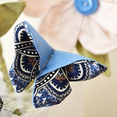 Sewing Fabric Flowers How to make a fabric origami butterfly More - A summery scrap-busting project you can make in under 30 minutes! Turn your cut-offs and fabric scraps into pretty origami butterflies Scrap Fabric Projects, Fabric Scraps, Sewing Projects, Sewing Hacks, Sewing Crafts, Diy Crafts, Origami Butterfly, Fabric Butterfly Diy, Origami Hearts