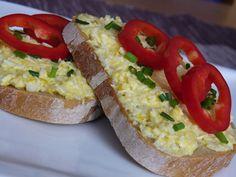 Vejce a sýr nastrouháme na jemném struhadle, přidáme drobně nakrájenou cibuli, prolisovaný česnek a majonézu. Vše společně promícháme a podle... Fast Dinners, Bread Baking, Bruschetta, Ricotta, Baked Potato, Salad Recipes, Sushi, Salads, Food And Drink