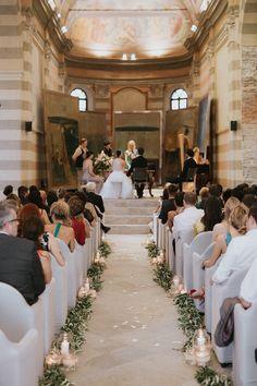 allestimento chiesa con foglie d'ulivo e candele #weddingdecor