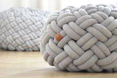 Se você é antenada(o) em decor, já deve ter visto essa peça por aí: a almofada nó é tendência na decoração e está em diversos ambientes