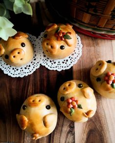 Greetings from these Kawaii Piggy mooncakes. 🐷❤️🐷 Feeling overwhelmed looking at these cuties. If this doesn't motivates me to bake more, I don't know what will haha Happy Friday everyone ❤️ 🌼🍃🌼🍃🌼🍃🌼🍃 Easter Recipes, Dessert Recipes, Desserts, Food Photography Props, Baking With Kids, Moon Cake, Buzzfeed Food, Cute Cookies, Food Festival