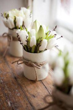 Weiße Tulpen im Glas mit Filz umwickelt #Wohnidee #Dekoration