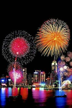 Best US cities for New Year's Eve, that will offer you a majestic experience. Plan your New Year's vacation using TripHobo. Fogo Gif, Beautiful World, Beautiful Places, Fire Works, New Year's Eve Celebrations, Happy New Year Greetings, Make Beauty, Galaxy Painting, Fantasy Landscape