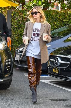 I Whisper Yes When a Celeb Wears These 6 Outfit Trends - - If you're looking for easy outfit ideas this winter, try these six trends celebrities are wearing on repeat. Estilo Hailey Baldwin, Hailey Baldwin Style, Looks Street Style, Inspiration Mode, Looks Chic, Mode Streetwear, Celebrity Look, Celebrity Outfits, Madrid