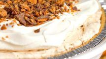 This luscious Butterfinger Pie is a chocolate peanut butter dream. Reese Peanut Butter Pie, Peanut Butter Chocolate Bars, Peanut Butter Desserts, Semi Sweet Chocolate Chips, Creamy Peanut Butter, Chocolate Peanuts, Butterfinger Pie, Desserts Menu, Baking Desserts