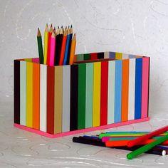 Pastelníkovník+pestrobarevný+Originální+dřevěný+dvojitý+pastelníkovníkzdobený+nalepeným+malým+plotem+v+pestrých+barvách.+Pastelníkovník+je+natřený+barvou+zdravotně+nezávadnou,+vodou+ředitelnou.+Na+závěr+přetřený+bezbarvým+lakem.+Plot+je+ruční+výroba,+nestejná+výška+jednotlivých+dřevíček+je+záměrem.+Velikost:+22+x+12+x+11+cm
