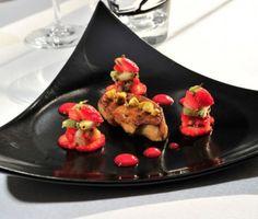 La recette du foie gras poêlé aux éclats de pistache, brunoise de fraises Gariguette et kiwi, jus de fraise au porto