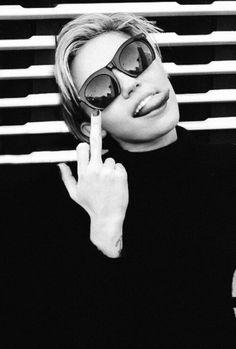 Miley Cyrus wearing sunglasses giving the middle finger 😜 Britney Spears, Mary Kate Olsen, Hannah Montana, Ashley Olsen, Illuminati, Rihanna, Lady Gaga, Selena, Taylor Swift