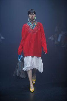 The complete Balenciaga Spring 2018 Ready-to-Wear fashion show now on Vogue Runway. Fashion Week Paris, Fashion Week 2018, Spring Fashion, Winter Fashion, Knitwear Fashion, Knit Fashion, Womens Fashion, Balenciaga Spring, Catwalk Fashion