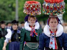 In Altenburg vertreten: Schwarzwälderinnen mit Brautkrone