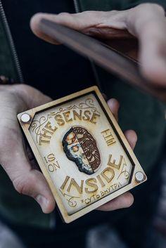 """Значок """"Горилла"""" в подарочном деревянном кейсе из новой коллекции Under the skin. Надпись «Sense is on the inside» («Суть внутри») размещена внутри. Размер кейса 10,5 х 8,5 см. Крышка крепится на магнитах."""