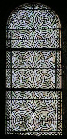 Vitrail cistercien :  St. Nectaire (63)  Une grande pureté de tons et sobriété de lignes. Le réseau de plomb  semble presque suspendu dans l'air. Les verres, en apparence blancs,  sont en réalité riches d'une infinité de nuances très subtiles qui font  vibrer sans cesse la lumière du jour.  Leçon de modestie et d'économie de moyens, les vitraux cisterciens  invitent à la patience et à la méditation.