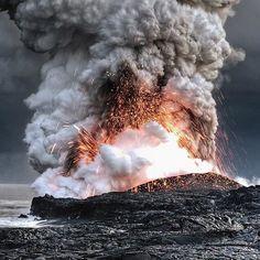 A takto vyzerá Mordor zblízka - láva vstupujúca do oceánu na Havaji.