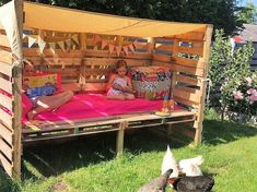 When its time for the kids summer vacations, you can keep them restricted to four wall houses. Well to bring a playful effect in their summer holidays, you can create this fantastic and interesting design of the wood pallet daybed. This daybed is designed with the assembling of wood pallet planks in one form.