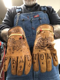 Tattooed Work gloves Some old work gloves I hit with ball point pen Motos Vintage, Pinstripe Art, Garage Art, Pinstriping, Nose Art, Harley Davidson, Leather Craft, Paint Leather, Biker Style