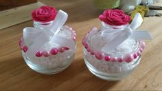 Glazen potje vullen met witte steentjes Parels op het potje lijmen (met alleslijm) Vilten bloem op de hals van het glazen potje lijmen Wit lint rond de hals van het glazen potje strikken