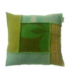 Kussen bekleed met wollen dekens in verschillende groen/ blauw kleuren. ditkussen heeft een stevig binnenkussen. De afmeting is 50-50 cm en de hoes sluit aan de achterzijde met een grote knoop. Het kussen wordt geleverd inclusief binnenkussen.Voor bi...