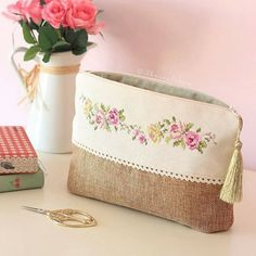 Diy Bag Zipper Fabrics Ideas For 2019 Diy Bag With Zipper, Zipper Bags, Zipper Pouch, Embroidery Purse, Potli Bags, Jute Bags, Sewing Leather, Patchwork Bags, Fabric Bags
