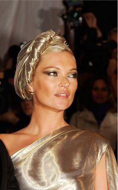 kate moss, turbante diseñado por Marc Jacobs