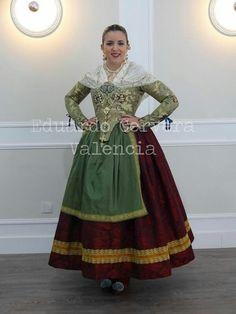 Resultado de imagen de dansà valenciana mantón Fairytale Dress, Medieval Fashion, Folk Costume, Historical Costume, Traditional Dresses, Modern Fashion, Vintage Dresses, Gowns, Womens Fashion