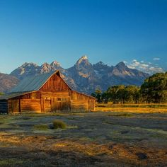 I'm always in search of opportunities to visit iconic places, and try to replicate the photos I love. The T.A. Moulton barn on Mormon Row was a place I just had to photograph. Do yourself a favor and be there for sunrise. #earthpix #beautifuldestinations #awesomeearth #fantastic_earth #nakedplanet #discoverearth #earthofficial #theglobewanderer #awesome_earthpix #wildernessculture #canon_photos #awesomeglobe #discoverglobe #aroundtheworldpix #welivetoexplore #wowplanet #teamcanon…