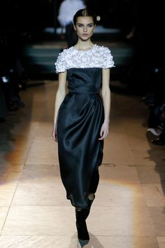Carolina Herrera Fall 2018 Ready-to-Wear collection, runway looks, beauty, models, and reviews.