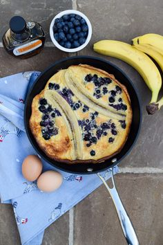 Banana Blueberry Dutch Baby Pancake with Maple Syrup. This easy Banana Blueberry Dutch Baby Pancake is perfect for breakfast, brunch or dessert. Dutch Pancakes, Dutch Baby Pancake, Baby Pancakes, Banana Pancakes, Yummy Food, Tasty, Cooking Recipes, Healthy Recipes, Breakfast Time
