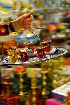 Türkischer Tee auf dem Markt von Istanbul