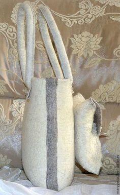 Купить или заказать сумка 'оригами ' в интернет-магазине на Ярмарке Мастеров. Оригинальная сумочка в светло-бежевых тонах с объемным карманом . Застегивается на металлическую кнопочку. Внутри подкладка из натуральной льняной ткани с двумя кармашками, один из них застегивается на молнию. Боковой шов оторочен свалянной тесьмой и пришит в ручную, ручки также прошиты и пришиты в ручную. Можно повторить в другой цветовой комбинации.