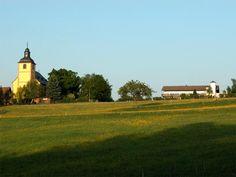 neukirchen odenwald   Links die Kirche von Neunkirchen, rechts das Höhenhaus Odenwald