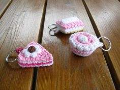 sleutelhangers, gebakjes; patroon uit: zoetigheden haken Crochet Keychain, Crochet Earrings, Crochet Food, Embroidery Needles, Summer Crafts, Craft Fairs, Miniature, Sewing, Knitting