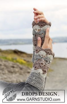 Free pattern for pretty shell wrist warmers