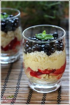 Lemon Almond and Raspberry Trifle. This Lemon Almond and Raspberry Trifle is a gorgeously gluten-free dessert to indulge in. Yummy Recipes, Cream Recipes, Yummy Snacks, Jar Recipes, Pot Cupcake, Köstliche Desserts, Dessert Recipes, Cupcake Recipes, Mason Jar Cupcakes