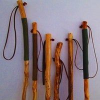 Rope Handgrip for Hiking Stick: 7 Steps Walking Sticks For Hiking, Walking Sticks And Canes, Walking Canes, Wood Hiking Stick, Hand Carved Walking Sticks, Wooden Walking Sticks, Bushcraft, Paracord Wrap Handle, Backpacking For Beginners