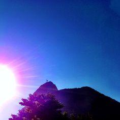 Cristo ali em cima, de perfil. Belo dia de Sol.