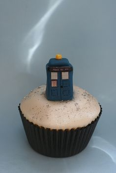 Tardis Cupcake--I am obsessed with cupcakes and just about peed my pants when I saw this!