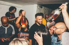 Após comemorar o título da NBA na quadra e no vestiário da Oracle Arena, os jogadores do Golden State Warriors, que venceram o Cleveland Cavaliers por 129 a 120, na madrugada da terça-feira (13), continuaram a celebração em uma festa privada, que ocorreu na boate Harlot, em São Francisco, na...