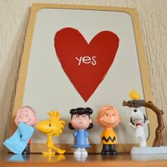 """O pôster """"Yes"""" nunca esteve tão bem acompanhado...  Esse cantinho lindo faz parte da decoração da casa da @luanaadri e resolvemos postá-lo por 3 motivos: 1) motivo de muito amor por essa turma; 2) para mostrar que uma bela decoração é feita por pequenos objetos que a gente ama; 3) para lembrar que você não precisa fixar o seu pôster na parede pode apenas encostá-lo em um móvel e pronto!  - O pôster """"Yes"""" está à venda em nosso site em 4 tamanhos com ou sem moldura a partir de R$ 44. Vem ver…"""