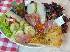 Salat mit Parmaschinken und Knoblauch-Pizzabrot - Katha-kocht!