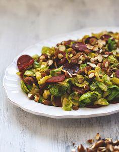 Salat mit Rosenkohl, Chorizo und Mandeln auf einer Platte