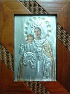 Cuadro Virgen del Carmen. Lo tenemos repujado en aluminio plateado. Tipo portaretrato en madera pino hecho totalmente a mano.  Tamaño: 14 x 19 cm Bsf  8500