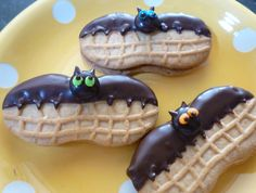 Nutter Butter Bats for Halloween. A cute and easy idea for halloween party treats. Halloween Desserts, Postres Halloween, Halloween Fruit, Halloween Punch, Fete Halloween, Halloween Goodies, Halloween Food For Party, Halloween Cupcakes, Halloween Treats