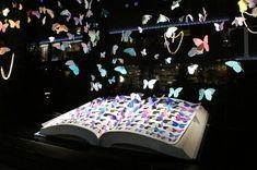伊勢丹 新宿店本館 2013年1月 ショーウィンドウ4 Visual Display, Display Design, Store Design, Japan Design, Christmas Window Display, Display Window, Colegio Ideas, Design Visual, Interactive Exhibition