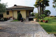 Pavimentazione di una villa privata realizzata a Bardolino (Vr) con cubetti di porfido del Trentino controllato e gradini in Pietra della Lissinia. - - #porfido #porfidotrentino #pavimenti #photooftheday #beautiful #polistone #square #sigillature #art #nature #style #instalike #nofilter #photo #design #moda #cucina #piscina #europorfidi #firstpost #instagramhub #piazza #cut #marmomac #firstpost #ciclabile #work #stone #porphiry #lavori Design Moda, Patio, Outdoor Decor, Beautiful, Instagram, Home Decor, Style, Swag, Decoration Home