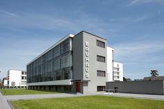 To continue our Bauhaus 100 series, we take a look at the Bauhaus school building in Dessau, Germany, designed by Walter Gropius. Walter Gropius, Renzo Piano, Casa Farnsworth, Bungalow Haus Design, Bauhaus Building, Inspiration Artistique, Concrete Building, Social Housing, White Concrete