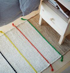 Flach gewebter TILST Teppich in Natur/Bunt, der in Handarbeit erstellt wird