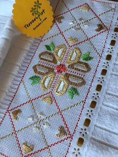 Diy And Crafts, Bargello, Projects To Try, Stitch, Home Decor, Jute Crafts, Baby Girl Outfits, Hand Embroidery Designs, Hand Towels