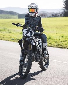Fine-looking café racer girls Motocross Love, Enduro Motocross, Motorcycle Dirt Bike, Futuristic Motorcycle, Dirt Bike Girl, Motocross Photography, Motorcycle Photography, E Quad, Kawasaki Dirt Bikes