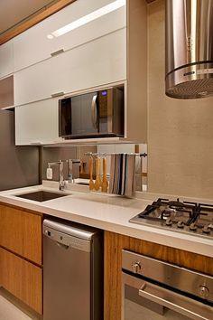"""A """"cozinha-corredor"""" é quase uma unanimidade nos projetos de imóveis com pequena ou média metragem.  Aberta ou não para a sala, chamo assim as cozinhas estreitas e compridas que quase sempre só permitem móveis e eletrodomésticos em uma das  paredes mais compridas."""